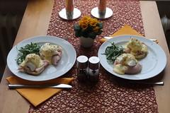 Eggs Benedict (Tischbild) (multipel_bleiben) Tags: essen englisch frühstück schweinefleisch schinken sose eier salat gebäck brötchen muffin herzhaft