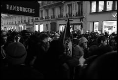 la nasse . (alainboucheret) Tags: rue ville paris nasse revendication gilet jaune h homme femme crs pierre bloc black lbd grenade riche pauvre ric partage richesse égoïsme blessé reportage travail gouvernement