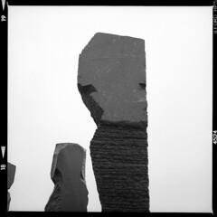 Dodekalitten (tiltdesign2016) Tags: ilfordilfosol319 ilfordhp5400asa 400800 analogphotography bw dänemark denmark canoncanoscan9000f mittelformat yashicamat124g dodekalitten kragenæs skulptur
