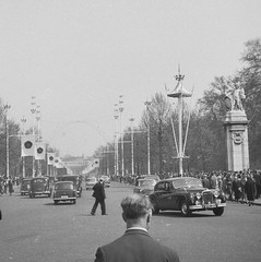 The Mall, London (vintage ladies) Tags: 50s 50sstyle car themall