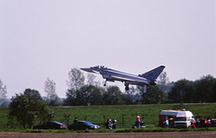 ILA Berlin 2002 Eurofighter Landung +Spotter (rieblinga) Tags: berlin sxf schönefeld flughafen ila 2002 bundeswehr eurofighter landung spotter analog canon eos 1v kodak ebk 100 diafilm
