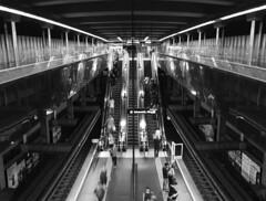 U-Bahn Schottentor, Innere Stadt, Wien (KarlOplustil) Tags: wien vienna vienne österreich austria autriche canon canoneos1100d monochrome monochrom innerestadt innenstadt ubahn metro underground subway architektur architecture fotografie photography