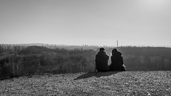 Fixer l'horizon (gillesgxl) Tags: couple man woman landscape paysage horizon black white bw monochrome noir blanc ombre lumière poland pologne