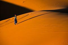 l'ora d'oro (anna barbi) Tags: ombre sabbia uno salita uomo deserto merzouga marocco