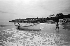 Itapirubá, SC (Celso Kuwajima) Tags: beach kodaktmax100 20190243 people sky leicasuperangulon13421mm analogphotography leicam4 sea imbituba santacatarina brazil br landscape boat sand