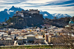 Historical Salzburg in March (echumachenco) Tags: salzburg city river water salzach house building architecture hill mönchsberg hillside mountain mountainside snow peak alps outdoor cityscape berchtesgadeneralpen untersberg lattengebirge predigtstuhl castle festung fortress hohensalzburg sky föhn cloud austria österreich nikond3100 tree forest branch twig landscape