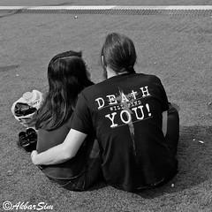 DEATH WILL FIND YOU (Akbar Simonse) Tags: rotterdam holland netherlands nederland streetphotography streetshot straatfotografie straatfoto people candid couple deathwillfindyou tshirt print urban zwartwit bw blancoynegro bn vierkant squareformat akbarsimonse dedoodzaljevinden