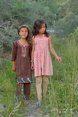 "Sabeen et Asiya dans la ""jengal"" de Passu © Bernard Grua (Photos de voyages, d'expéditions et de reportages) Tags: passucones glacier karakoram montagne hunza gojal bernardgrua passu gilgitbaltistan pakistan"