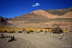En una curva del camino (pepelara56) Tags: curva sendero montañas cielolimpio minerales texturas