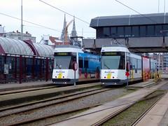 De Lijn Kusttram 6009 en 6043 - Oostende Station (Alex-397) Tags: belgium vlaanderen flanders westflanders westvlaanderen europe europa transport tram vervoer strasenbahn strassenbahn