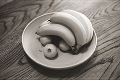 24 (Keith Midson) Tags: rollei infrared film canon a1 fd stilllife fruit bowl wood bench