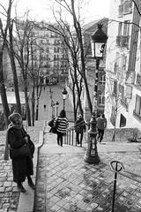 Sur l'escalier à Montmartre (Paolo Pizzimenti) Tags: cinéma film instant parisien café escalier montmartre hiver paolo paris pellicule argentique omdem1mkii zuiko 17mm f18 doisneau