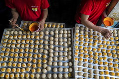 bangkok (Roberto.Trombetta) Tags: chinese pastry moon cake roll ball made wafer stuffed mung bean salted egg yolk asia thailand bangkok sonyalpha sony7rii sony7rmii batis225 carlzeiss zeiss carl sony alpha 7rii lenses people lifestyle man hot batis 25 worker from città above market colorful wonderful chef cook bakery painting red yellow new year street food eye kanom pia pan orange