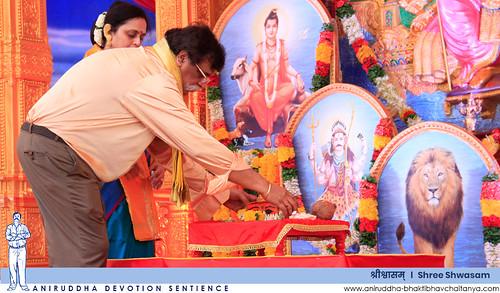 Sadguru Shree Aniruddha Bapu performing poojan of Aadimata in the form of Ishtika | आदिमातेच्या इष्टिका रूपाचे पूजन करताना सद्गुरु श्रीअनिरुद्ध बापू