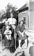 tm_6599 (Tidaholms Museum) Tags: svartvit positiv gruppfoto människor people bostadshus exteriör familj family