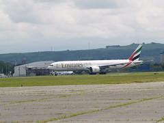 A6-EGK (divnic) Tags: uk scotland glasgow gla glasgowairport glasgowinternationalairport glasgowabbotsinchairport airport abbotsinch onapproach landing airliner aeroplane plane jetairliner boeing boeing777 boeing777300 boeing777300er emirates emirates777 emiratesboeing777300er b777 b777300er a6egk