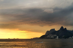Pôr do sol no Arpoador - Sunset at Arpoador (adelaidephotos) Tags: pôrdosol sunset arpoador rio riodejaneiro mar sea oceano ocean morrodoisirmãos pedradagávea twobrothershill gavearock ilhastijucas arquipélagodastijucas tijucasislands tijucasarchipelago verão summer summertime panorama brasil brazil mariaadelaidesilva