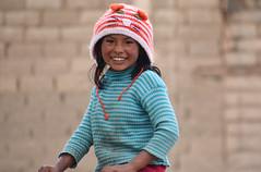 Sourire Bolivien_3147 (ichauvel) Tags: portrait fillette petitefille littlegirl sourire smile bonnet jouer playing samuser bolivie bolivia sudlipez amériquedusud southamerica amériquelatine voyage travel exterieur outside pull village rayonnante joie