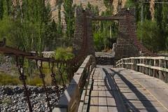 Pont supendu avec tablier en bois entre Passu et Sost © Bernard Grua (Photos de voyages, d'expéditions et de reportages) Tags: pontsuspendu gojal bernardgrua karakoram gilgitbaltistan hunza
