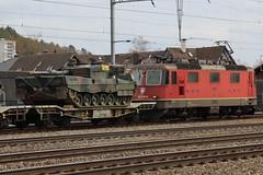 Kampfpanzer Leopard II der schweizer Armee ( Breite 3.54 m ) verladen auf Güterwagen Slmmnps - y ( Breite Ladefläche 3.15 m ) unterwegs mit Panzerzug 69031 B.iel - T.hun GB am Bahnhof Ostermundigen bei Bern im Kanton Bern der Schweiz (chrchr_75) Tags: albumzzz201903märz märz 2019 schweiz suisse switzerland svizzera suissa swiss chrchr chrchr75 chrigu chriguhurni chriguhurnibluemailch panzer armure armatura 鎧 tank militär schweizer armee landesverteidigung