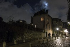 . (Le Cercle Rouge) Tags: paris france montmartre 75018 night moon nuit lune darkness light humans shadows silhouettes