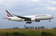 Air France Boeing 777-228(ER) F-GSPT / CDG (RuWe71) Tags: airfrance afafr airfranceklm airfranceklmgroup france boeing boeing777 b777 b772 b777200 b777228 b777200er b777228er boeing777200 boeing777200er boeing777228 777228er boeing777228er fgspt cn32308382 parisroissy roissycharlesdegaulle parischarlesdegaulle parischarlesdegaulleairport cdg lfpg aéroportsdeparis widebody twinjet landing shortfinals morning greysky