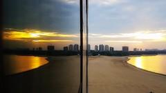 Rio Negro - Sunrise (sileneandrade10) Tags: sileneandrade rionegro manaus amazônia amazonas pôrdosol sunset rio janela paisagem landscape reflexo espelho água viagem turismo samsungsmg930f samsung s7 amanhecer sunrise