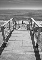 (Pep Vargas) Tags: mar sea platja playa beach gent gente people stairs escales escaleras cel cielo sky bn bw