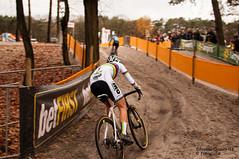 Follow the leader (Eduardo F S Gomes) Tags: sanne cant corendon circus lampiris zilvermeercross 2018 nikon d300s f18 35mm cyclocross bike stevens ciclocrosse world champ champion rainbow lake water sand