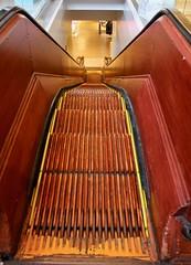 Wooden escalator in Macy's, Manhattan, New York. (elsa11) Tags: maceys flagshipstore manhattan store newyork newyorkcity woodenescalator escalator shopping shop america amerika usa vintage roltrap departmentstore houtenroltrap