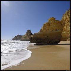 Praia da Marinha #1 (LilFr38) Tags: lilfr38 fujifilmxpro2 fujifilmfujinonxf1024mmf4rlmois algarve portugal praiadarocha beach ocean sand wave cliff rock plage océan sable vague rocher falaise