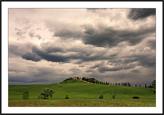 Nuages sur la Toscane -  Clouds over Tuscany (diaph76) Tags: extérieur italie italy toscane tuscany ciel sky nuages clouds paysage landscape champs fields arbres trees maisons houses campagne countryside