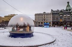 Crèche sous bulle, Saint-Petersbourg (yvon.kerdavid) Tags: saintpetersbourg russie ville cité noël crèche décoration bulle rue