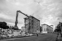 Alès Pres st jean-8623 (YadelAir) Tags: alès immeuble destruction pelleteuse débris démolition rue noiretblanc habitat hlm