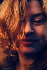 La mujer del verano (Aprehendiz-Ana Lía) Tags: retrato flickr nikon mdq mujer verano donna argentina woman femme portrait sonrisa mulher frau emakume luz color dulce belleza noche gente people summer beauty imagen sugerente