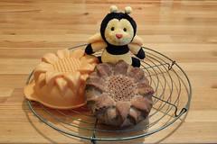 Sonntags-Sonne (Sockenhummel) Tags: kuchen sonne sonnenblume biene bee plüschtier honeybee honigbiene kuchenform fuji x30