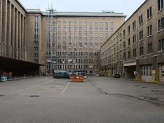 Flughafen-Tempelhof_e-m10_1013107426 (Torben*) Tags: rawtherapee olympusomdem10 olympusm12mmf20 berlin kreuzberg flughafentempelhof thf flughafen facade fassade architektur architecture parkplatz parkinglot innenhof courtyard