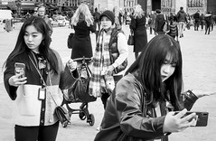 rock on the phone (fred9210) Tags: street chineese tourist attitude rockk monochrom stonish paris notredame canon