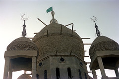 76-436 (ndpa / s. lundeen, archivist) Tags: nick dewolf color photograph by 1976 1970s film 35mm 76 reel76 early1976 africa northernafrica northeastafrica sudan thesudan african sudanese khartoum omdurman building architecture islam islamic tomb dome domes hamedalnil cemetery graveyard sufi hamadelnil sheikhhamadelnil sheikhhamadelniltomb flag moon crescentmoon