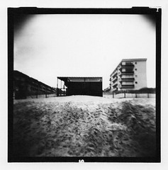 """Camiers - le club des pirates"" (joel lintz) Tags: nb bw blackandwhite film filmphotography argentique analog analogphotography joellintz 120 6x6 mediumformat carré holga holga120 ilford developpement tirage scandetirage papier paysage landscape nord camiers pasdecalais lomo lomographie lomography toycamera plasticcamera plage beach immeuble pirate sable"