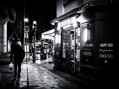 le chat zen (christiandumont) Tags: streetphotography streetphoto streetlife street blackandwhite blackwhite bw nb noiretblanc night nuit rue paris ruedeparis x100f fujifilm