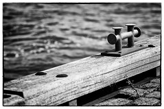 Warten auf das nächste Boot / Waiting for the next boat (Dirk Böhling) Tags: blackandwhite monochrome water sea ocean harbor