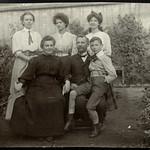 Archiv S100 Familienfoto im Garten, 1920er thumbnail