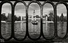 Barandilla del estanque del parque del buen Retiro (photoschete.blogspot.com) Tags: canon 1000d eos madrid spain retiro parque park estanque pond monumento monument blanconegro blackwhite