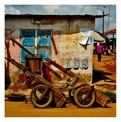 les charettes (Marie Hacene) Tags: côte divoire afrique tiassalé ville chartette maison murs urbain street