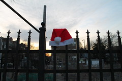 Christmas Is Over (Flint Foto Factory) Tags: chicago illinois urban city winter february 2019 north edgewater nbroadway broadway rosemont intersection asfound santa claus hat fence garden urbangarden late afternoon early evening saturday neighborhood christmas sooc straightoutof camera