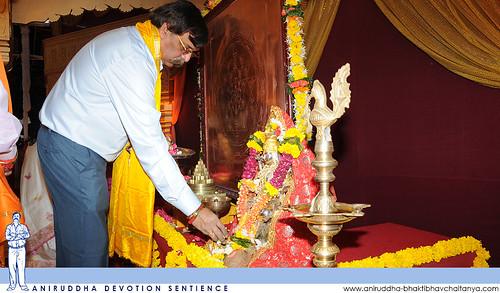 Sadguru Shree Aniruddha offering flowers to Shree Laxmi Mata at Shree Harigurugram during Dhanalaxmi Shree Yantra Poojan Utsav | धनलक्ष्मी-श्रीयन्त्र-पूजन उत्सवात श्रीहरिगुरुग्राम येथे श्रीलक्ष्मी मातेस पुष्पे अर्पण करताना सद्गुरु श्रीअनिरुद्ध बापू