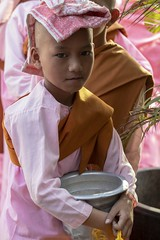 bonzesse à la serviette (Patrick Doreau) Tags: portrait asiatique asian birman myanmar birmanie bagan sourire smile beauté beauty burma bonzesse bouddhisme quête aumone argent riz nourriture monk rose