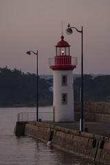 au lever du jour (Patrick Doreau) Tags: bateaux boats eau water harbour port erquy bretagne brittany phare lighthouse ropuge blanc red white light éclat