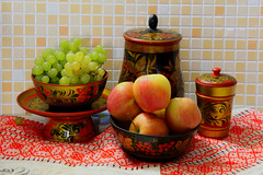 Семёновская хохлома (lvv1937) Tags: хохлома блюдце чаши ваза яблоки виноград flickrвполномцвете1 classicstilllifeart27066items stilllifemypassionp1c2highqualityimagesonly